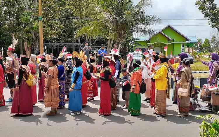 Peserta pawai pembangunan yang digelar pemrintah Kabupaten Sukamara pada Kamis, (22/8).