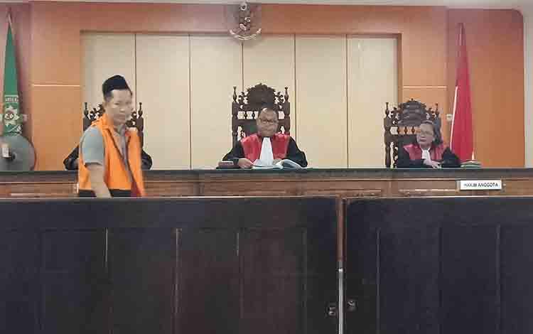Narudi alias Naruto alias Udin napi sabu saat jadi saksi di Pengadilan Negeri Sampit.