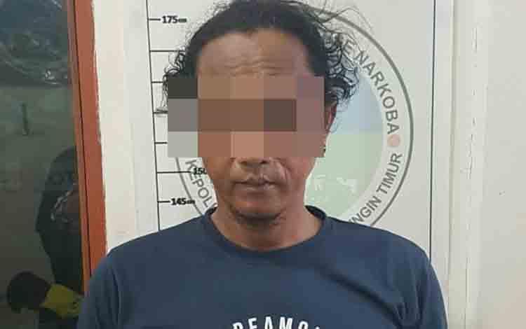 Tersangka Da yang merupakan pengedar sabu saat diamankan di Polres Kotim.