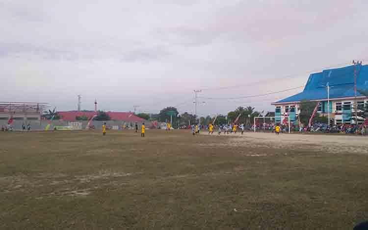 Suasana partai final antara Kelurahan Tampang Tumbang Anjir melawan Desa Petak Bahandang.