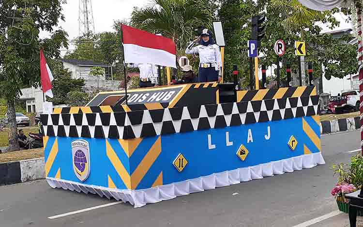 Dishub Sukamara saat tampilkan miniatur pelabuhan laut pada pawai pembangunan tahun 2019, Kamis, 22 Agustus 2019.