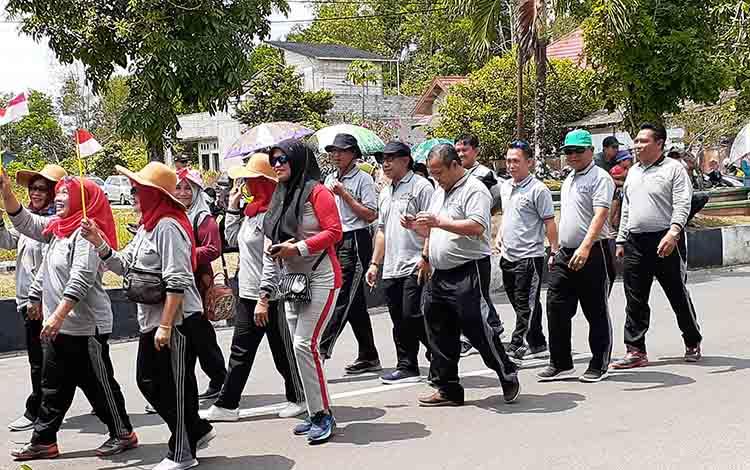 Anggota DPRD Sukamara saat ikut berkeliling pada pawai pembangunan, Kamis, 22 Agustus 2019.