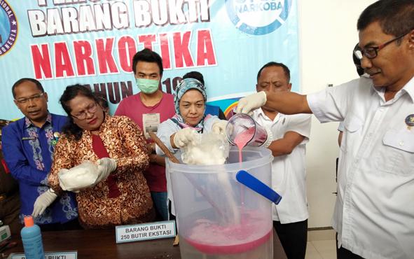 Pemusnahan barang bukti sabu seberat 2 kilogram dan 250 butir ekstasi di Kantor BNNP Kalteng , Kamis, 22 Agustus 2019.