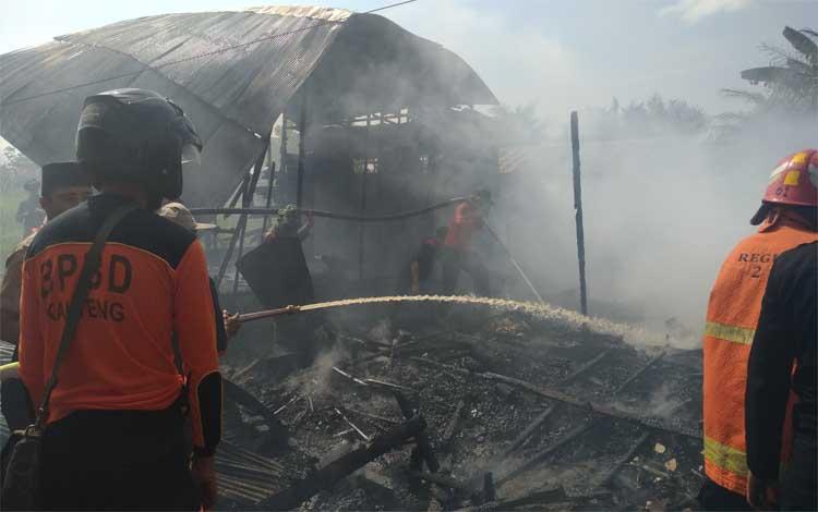 Proses pendinginan 2 rumah yang terbakar di Jalan G Obos XA, Kamis, 22 Agustus 2019