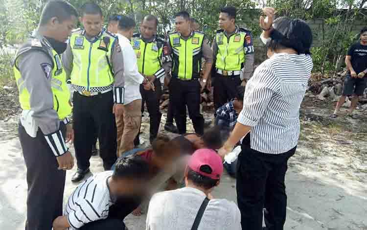 Anggota Direktorat Lalu Lintas Polda Kalteng mengamankan 4 pemuda diduga terlibat penyalahgunaan narkoba, Kamis, 22 Agustus 2019.