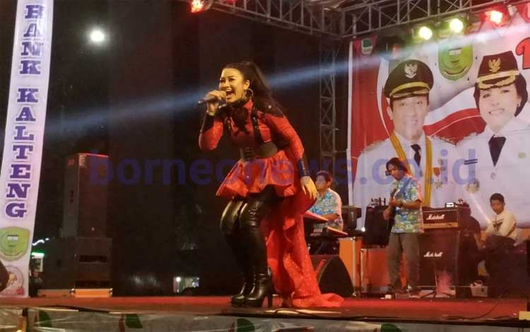 Fitri Carlina menghibur masyarakat Pulang Pisau tadi malam
