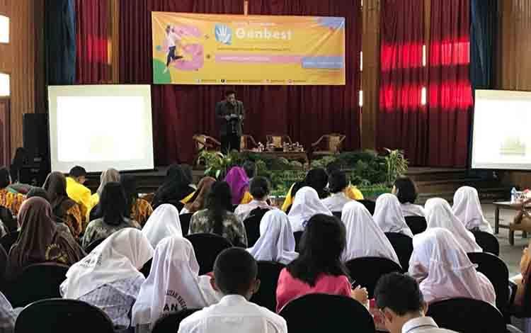 Direktur Informasi dan Komunikasi Pembangunan Manusia dan Kebudayaan Wiryantasaat membuka kegiatan forum Genbest di Kuala Kapuas, Kamis, 22 Agustus 2019