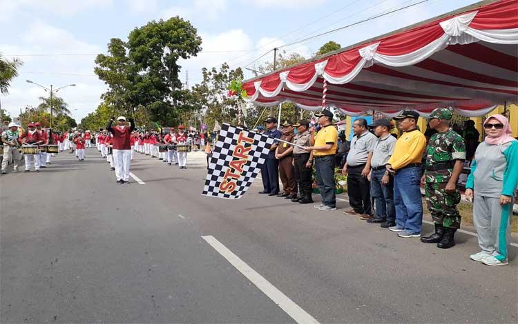 Bupati Sukamara, Windu Subagio melepas peserta pawai pembangunan