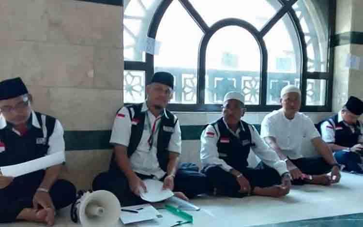 Petugas Pembimbing Haji Indonesia (PPIH) Kabupaten Kapuas Asyhadi (paling kiri) saat mendampingi jamaah haji asal Kapuas di Mekah, Saudi Arabia