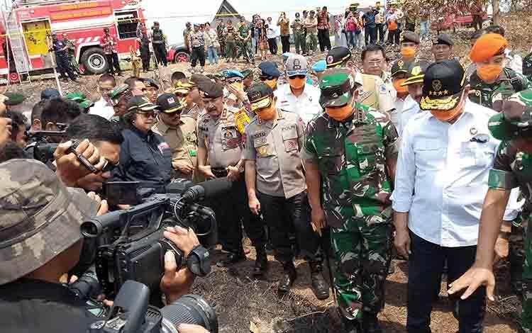 Pejabat pusat mengecek lahan yang telah terbakar di Jalan Soekarno, Jumat, 23 Agustus 2019.