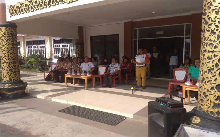 Sekda Bartim, Eskop memberikan sambutan dan sekaligus melepas keberangkatan kontingen Kwarcab, Jumat 23 Agustus 2019