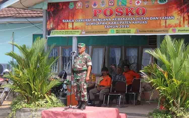 Pasi Ops Kodim 1011/KLK Kapten Inf Jufri Warsianta selaku Komandan Apel saat memberikan arahan kepada personel di halaman BPBD Kapuas pada Jumat, 23 Agustus 2019