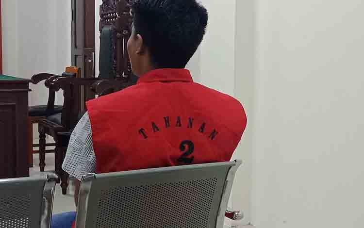 Wan alias Et, terdakwa kasus senpi saat di Pengadilan Negeri Sampit