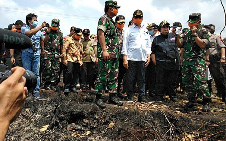 Peninjauan sejumlah pejabat tinggi negara di lokasi kebakaran hutan dan lahan di Palangka Raya