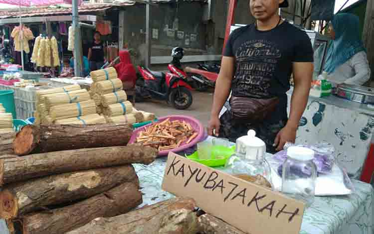 Saiful penjual akar bajakah di Pasar Keramat Sampit, Jumat, 23 Agustus 2019.