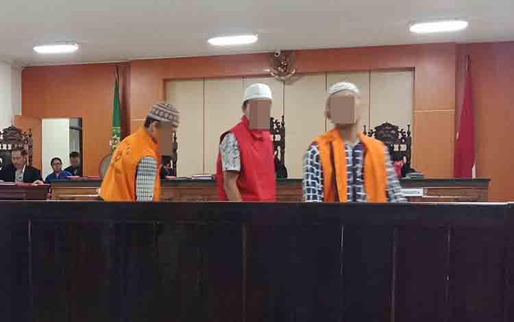 AM (25), Ir (21) dan AB alias Bad alias Manalias Am (21) terdakwa kasus pencurian.