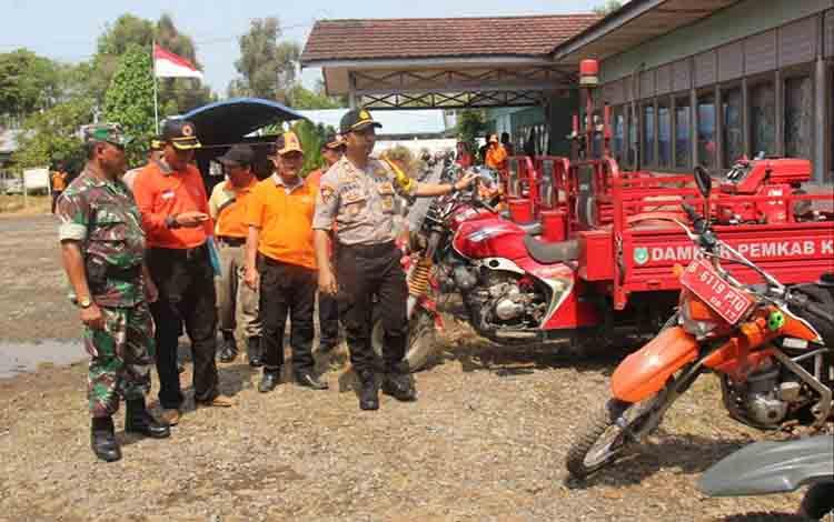 Personel gabungan cek kesiapan peralatan di halaman BPBD Kapuas, Jumat, 23 Agustus 2019.