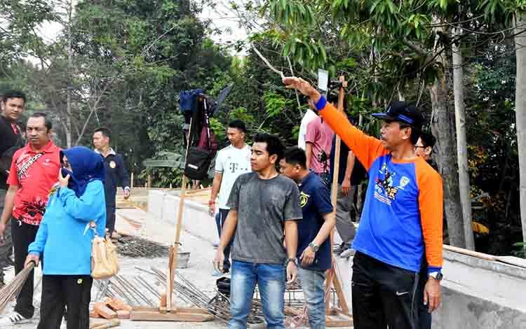Wakil Bupati Barito Utara ketika memimpin kegiatan kerja bakti Jumat bersih dilingkungan rumah jabatan Bupati Barito Utara, Jumat 23 Agustus 2019