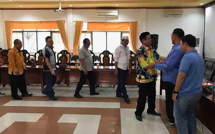 Sejumlah ASN di Sekretariat DPRD Kapuas memberikan ucapan perpisahan dan bersalaman dengan Salman dan Aditya Putra Perdana di ruang rapat gabungan pada Jumat sore, 23 Agustus 2019