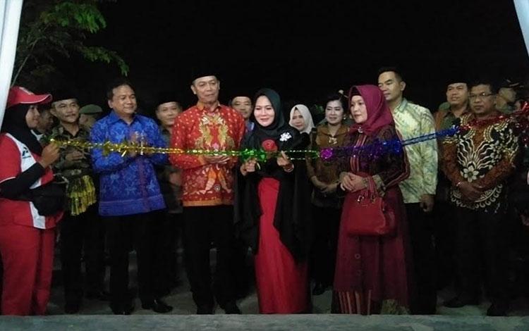 Ketua PKK Sukamara, Siti Zulaiha Windu Subagio saat menggunting pita tanda dibukanya Sukamara Fair