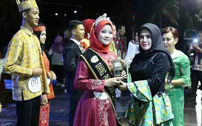 Iswanti memberikan ucapan selamat kepada Diang Pariwisata Kabupaten Seruyan 2019, di Kuala Pembuang, Jumat 23 Agustus 2019 malam.