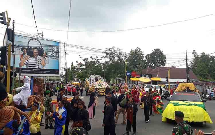Warga antusias saksikan kiran budaya pernikahan Jery Borneo Putra dan dr Natasha Cinta Vinski, Sabtu, 24 Agustus 2019.