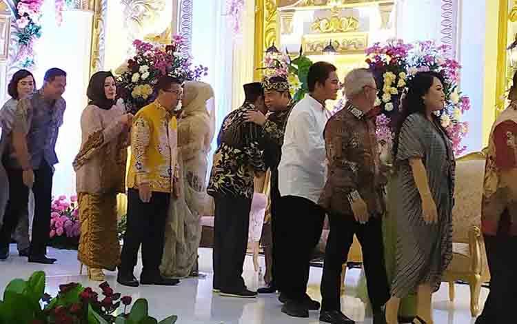 Wakil Bupati Murung Raya Rejikinoor saat saling rangkul dengan memepelai pria diresepsi pernihahan Jerry dan Natasha
