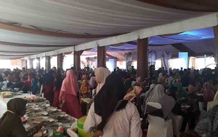 Masyarakat Pangkalan Bun menikmati menu hidangan pesta pernikahan Jery Borneo Putra dan Natasha Cinta Vinski, Sabtu, 24 Agustus 2019.