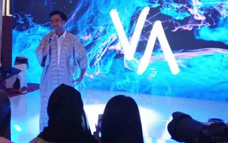 Vidi Aldiano saat tampil dalam resepsi pernikahan Jery - Natasha