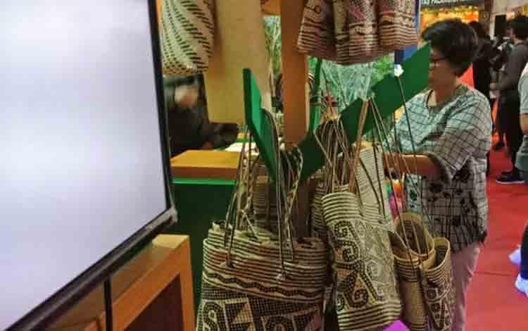 Produk lokal rajutan dalam event Palangka Raya Fair ke X di Sanaman Mantikei Palangka Raya