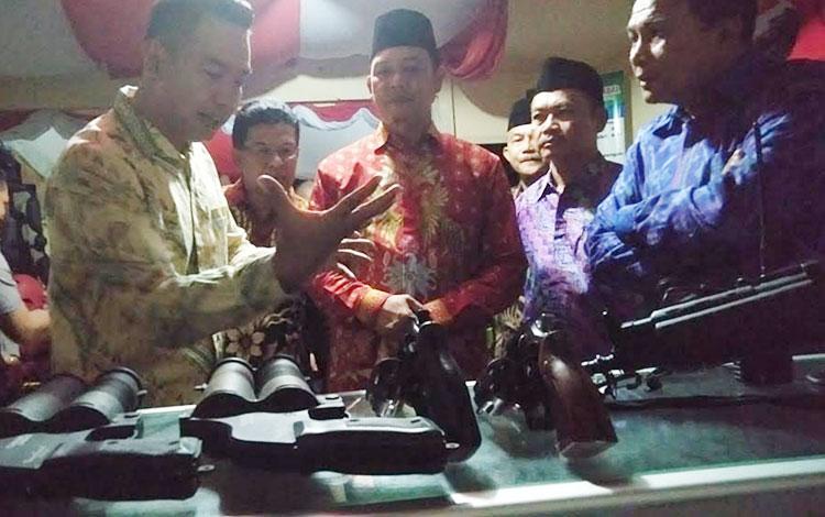 Kapolres Sukamara AKBP Sulistiyono saat menjelaskan senjata api kepada Bupati Sukamara Windu Subagio