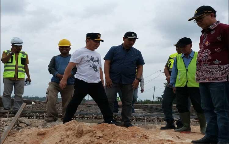 Gubernur Kalteng Sugianto Sabran meninju pembangunan jembatan layang Pangkalan Bun - Kotawaringin Lama, Minggu, 25 Agustus 2019