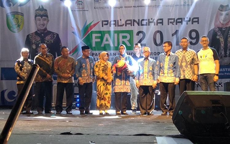 Sekda Kota Palangka Raya, Hera Nugrahayu memukul katambung, membuka kegiatan Palangka Raya Fair