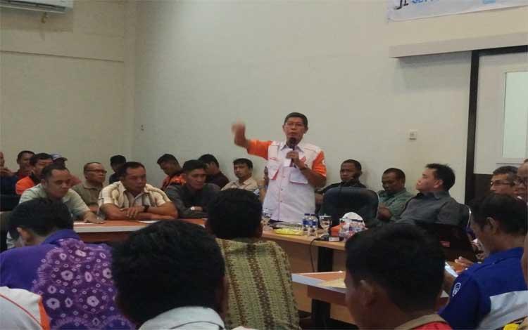Ketua ORARI Daerah Kalimantan Tengah, Radha Krisnadi memberikan pengarahan kepada peserta ujian negara Amatir Radio, Minggu, 25 Agustus 2019