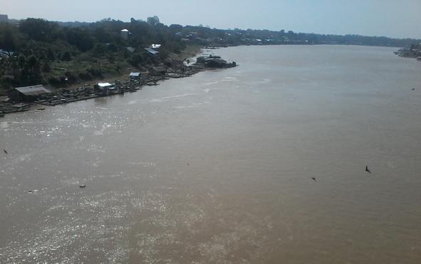 Sungai Katingan sekitar Jembatan Sei Katingan sedang surut.
