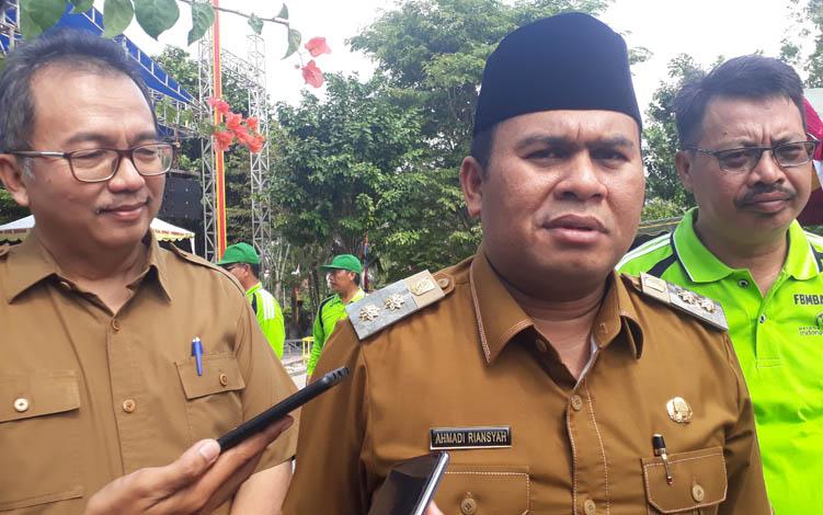 Wakil Bupati Kotawaringin Barat Ahmadi Riansyah seusai membuka Festival Marunting Batu Aji di Pangkalan Bun Park, Senin, 26 Agutus 2019.