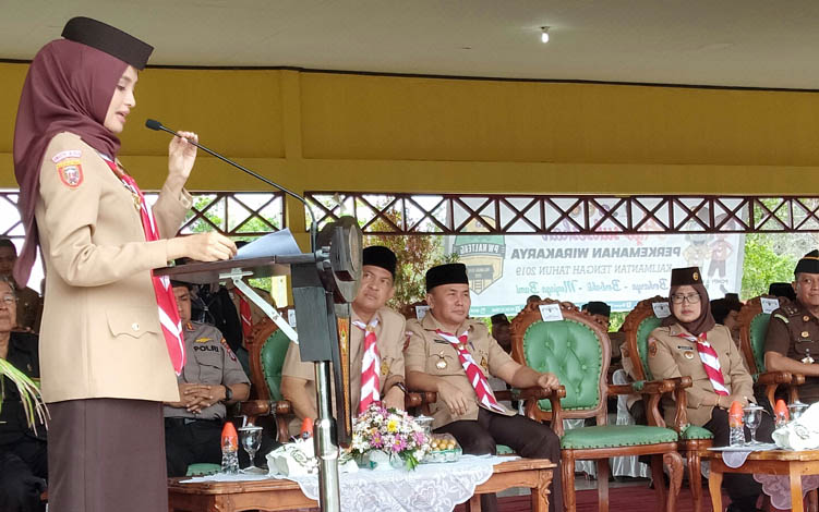 Ketua Kwartir Daerah Gerakan Pramuka Provinsi Kalimantan Tengah Yulistra Ivo Azhari Sugianto Sabran membacakan laporan sebelum upacara Peringatan Hari Pramuka yang ke-58 dimulai, Senin, 26 Agustus 2019