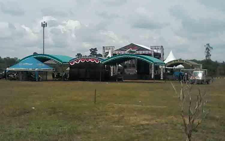 Panggung tempat acara pembukaan festival budaya penyang hinje simpei di Lapangan Sport Center Kasongan telah siap.