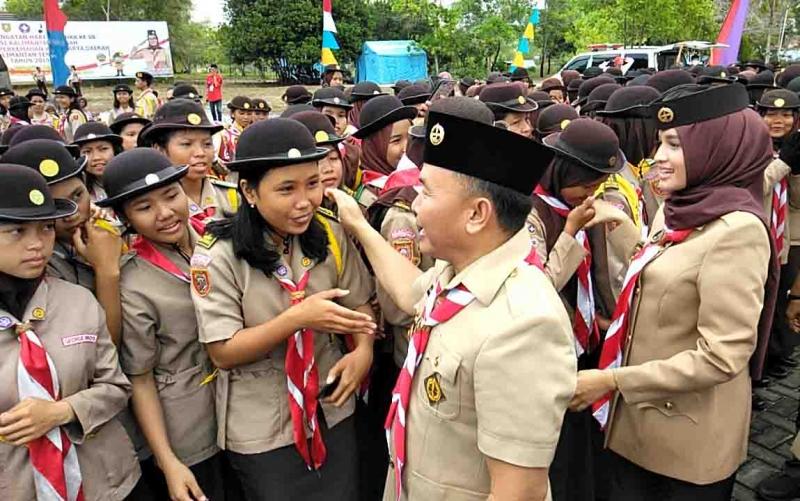 Gubernur Kalteng Sugianto Sabran didampingi istri, Yulistra Ivo Azhari Sugianto Sabran menyapa anggota Pramuka, Senin, 26 Agustus 2019.