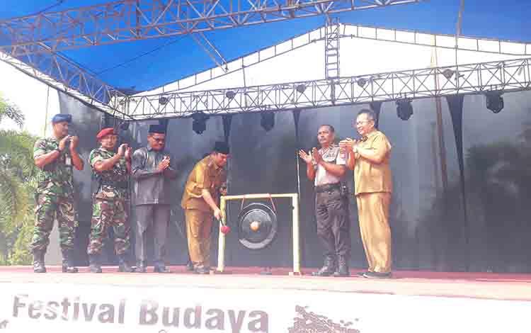 Wakil Bupati Kotawaringin Barat Ahmadi Riansyah membuka resmi Festival Budaya Maruntin Batu Aji di Pangkalan Bun Park, Senin, 26 Agustus 2019