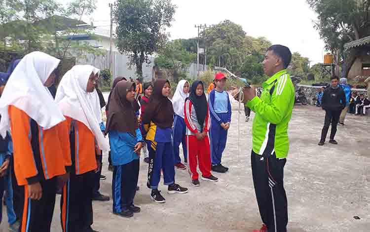 Peseta lomba bagasing tingkat pelajar dalam Festival Budaya Marunting Batu Aji, di Pangkalan Bun Park, Senin, 26 Agustus 2019.