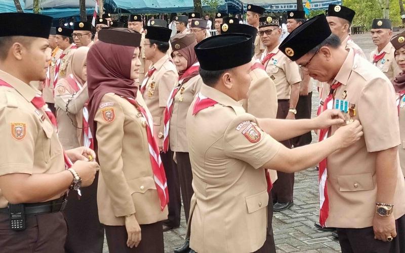 Gubernur Kalteng Sugianto Sabran didampingi Ketua Kwarda Gerakan Pramuka Provinsi Kalimantan Tengah, Yulistra Ivo Azhari Sugianto Sabran menyematkan tanda penghargaan, Senin, 26 Agustus 2019.