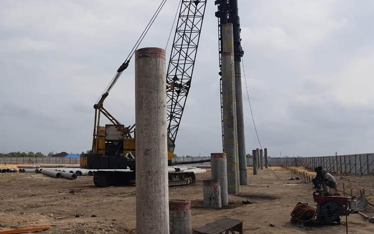 Pemancangan tiang Gedung Serbaguna Sport Center Sampuraga Lama Pangkalan Bun, di prediksi rampung Oktober 2019.