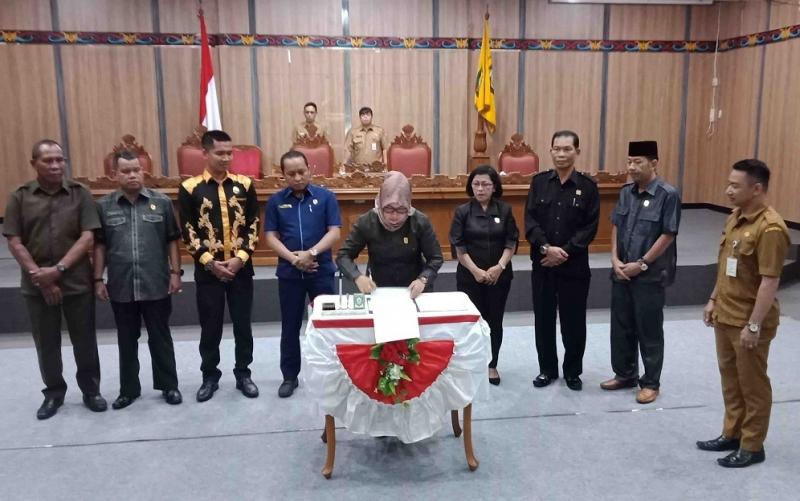 Wakil Ketua Sementara DPRD Kotim, Hj Darmawati (tandatangan) dan ketua fraksi DPRD.