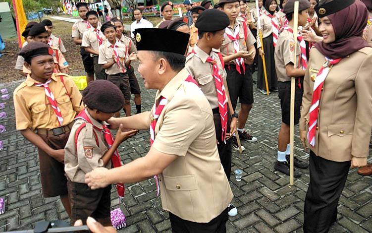 Gubernur Kalteng Sugianto Sabran bersama Ketua Kwartir Daerah Gerakan Pramuka Provinsi Kalimantan Tengah Yulistra Ivo Azhari menyapa anggota pramuka, Senin, 26 Agustus 2019.
