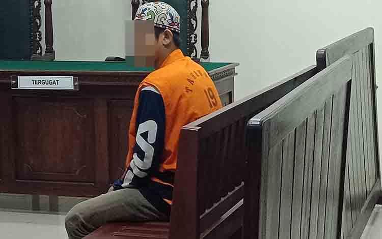 Terdakwa asusila berusia 18, saat menjalani persidangan di Pengadilan Negeri Sampit, Selasa, 27 Agustus 2019.