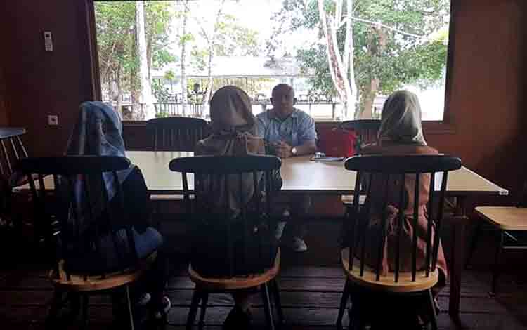 Damang Pahandut Marcos Tuwan saat berbincang dengan mahasiswi diduga jadi korban pelecehan seksual.