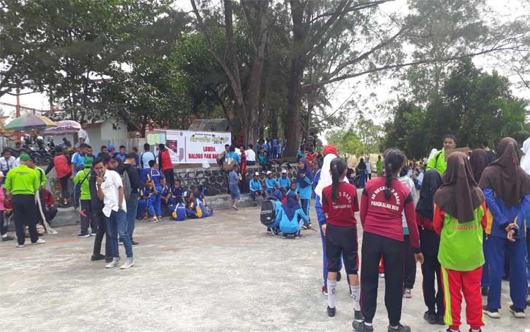 Lomba Bagasing dan Balogo pada Festival Budaya Marunting Batu Aji di Pangkalan Bun Park