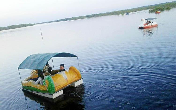Pengunjung wisata air hitam Kereng Bangkirai menikmati wahana air.