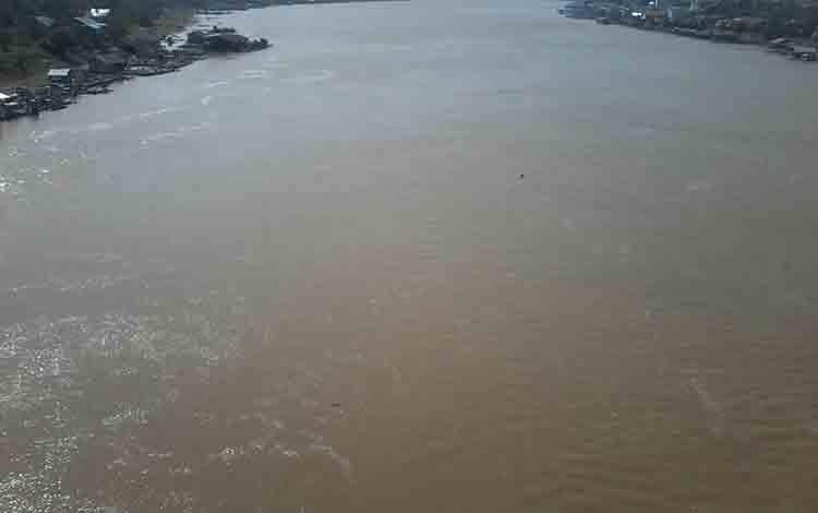 Sungai Katingan sekitar Jembatan Sei Katingan di Kasongan masih surut
